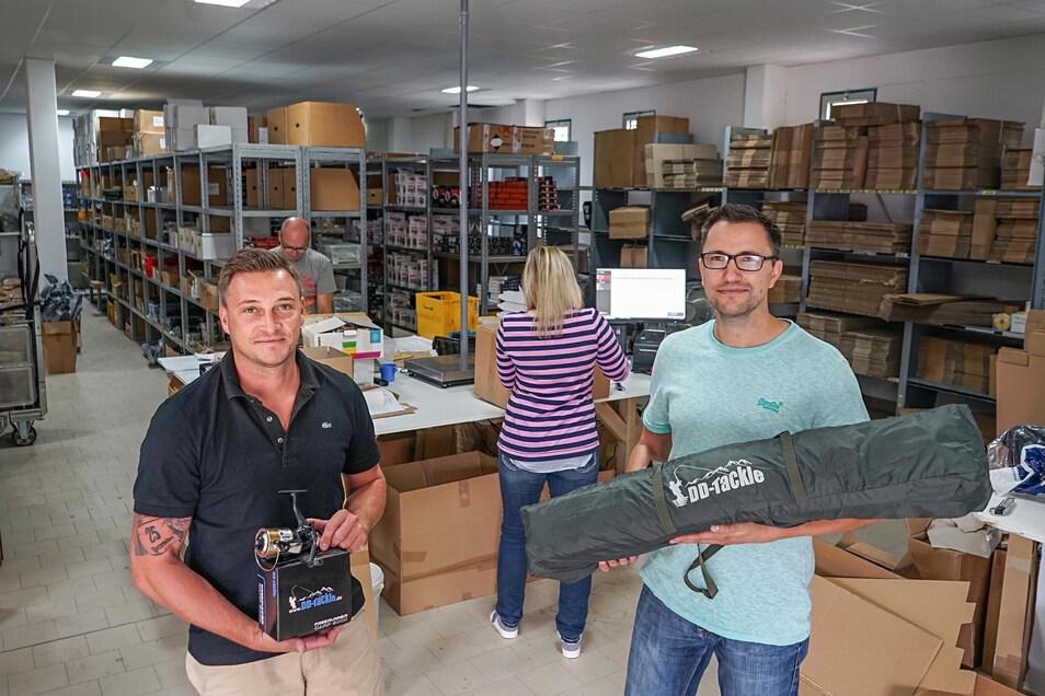 Enrico Pech (l.) und Alexander Haußmann sind mit ihrem Online-Versandhandel für Angel-Zubehör in den ehemaligen Schlecker-Markt in Königswartha gezogen.