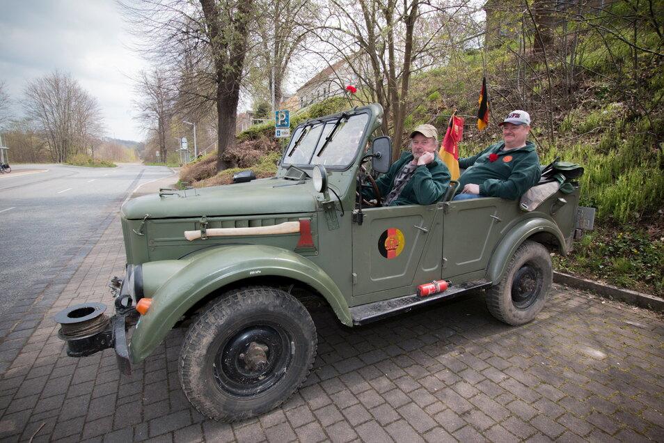 Frank, Uwe und Maik vom NVA-Verein Leisnig sind mit einem GAZ 69 unterwegs zum Kulturbahnhof Leisnig.