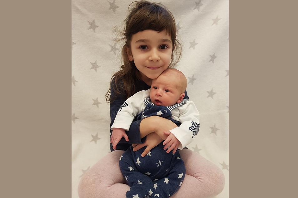 Philipp mit Schwester Lena, geboren am 7. Dezember, Geburtsort, Meißen: Gewicht 3.300 Gramm, Größe: 50 Zentimeter, Eltern: Romy und Steffen Grützner, Wohnort: Meißen