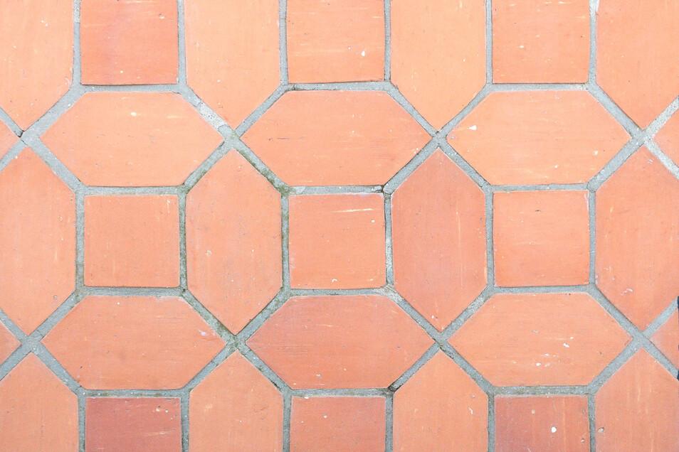 Rosenmuster heißt diese Form der Verlegung. Grundlage sind Handformplatten in hellroten Nuancen.