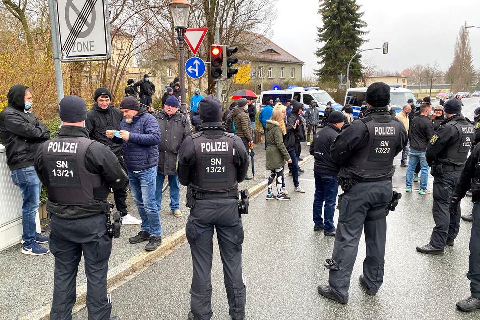 Bild vom Ostermontag. Damals spazierten Hunderte Kritiker der Corona-Maßnahmen. An der Ecke Böhmische Straße/Zirkusallee folgten Kontrollen. In der Nähe auch am Donnerstagabend.