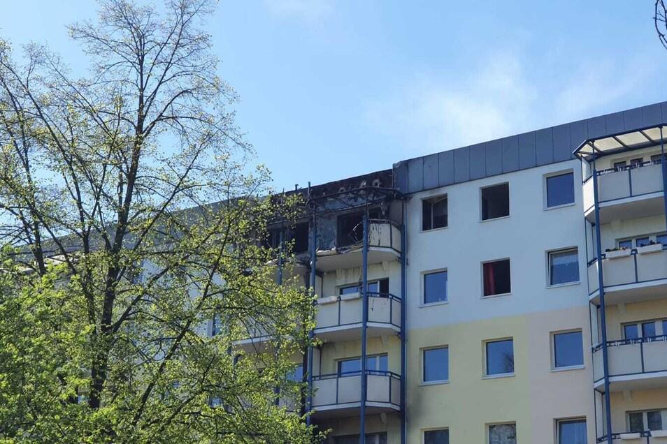 Mehrere Wohnungen und das Dach des Hauses Berzdorfer Straße 27 hat das Feuer in Mitleidenschaft gezogen oder komplett zerstört.