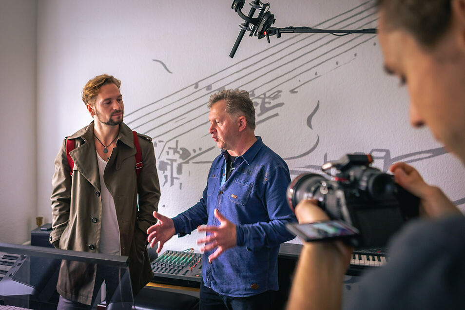 """Die Dreharbeiten zu """"Wie klingt Heimat?"""" mit Felix Räuber (l.) führten auch in die gleichnamige Musikschule von Andre Bischof (r.) in Hoyerswerda."""