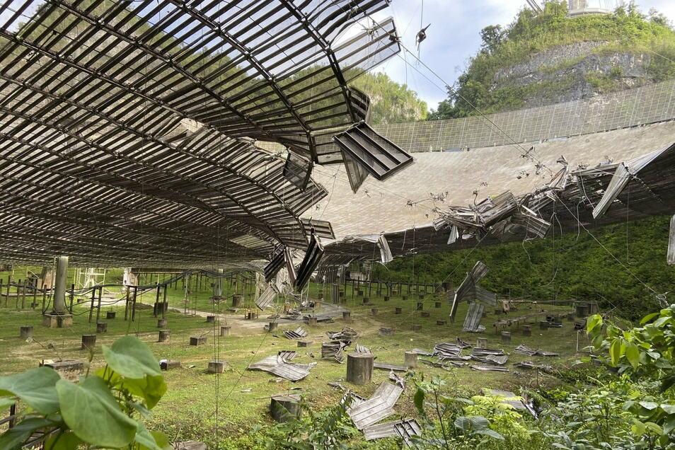 Blick auf die Schäden, verursacht durch ein gebrochenes Kabel, an der Reflektorschüssel des Radioteleskops.