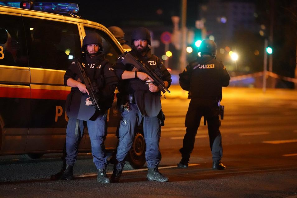Einsatzkräfte der Polizei stehen am Schwedenplatz. In der Wiener Innenstadt sind am Montagabend Schüsse gefallen.