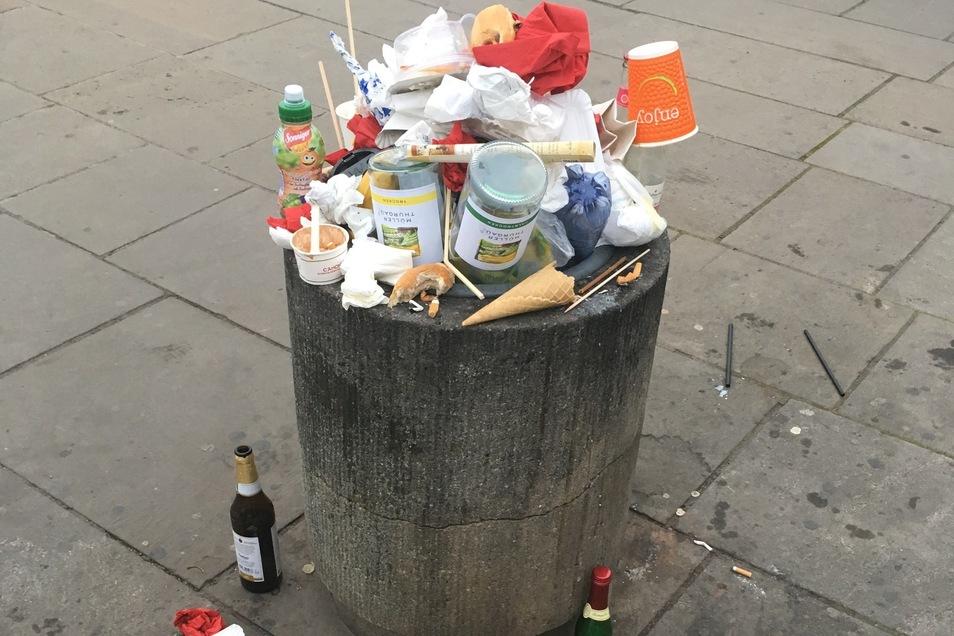 Sonnabendabend sind die Mülleimer voll und am Sonntagmorgen dann wieder leer.