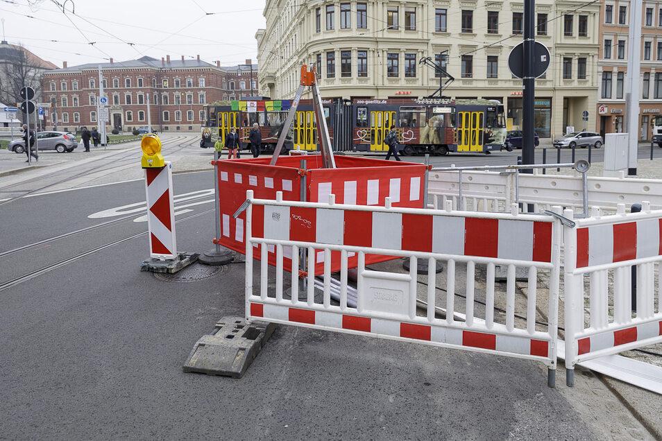 Die Stadtwerke reparieren am Postplatz einen eingebrochenen Schmutzwasserkanal. Wie lange das dauern wird, ist derzeit noch unklar.