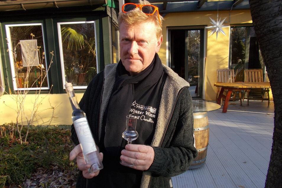 Winzer Wolfgang Winn präsentiert seinen Tresterbrand. Das hochprozentige Getränk gehört jetzt zur Pirna Unikatsfamilie.