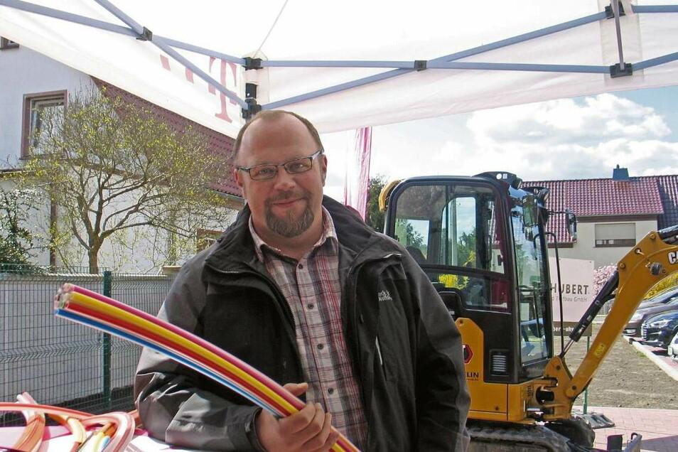 """""""Mister Breitband"""", wie er vom Schleifer Bürgermeister Jörg Funda bezeichnet wurde. Lars Stechemesser hatte als Mitarbeiter im Hauptamt der Verwaltungsgemeinschaft Schleife unzählige vorbereitende Arbeiten auf dem Tisch. Auch seinem Einsatz ist es zu"""