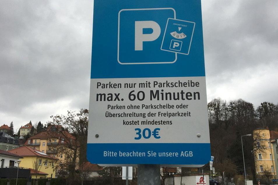 Auf dem Nettomarkt-Parkplatz Am Felsenkeller in Pirna sollten die Kunden besser eine Parkscheibe in ihr Auto legen. Sonst droht kostenintensives Ungemach.