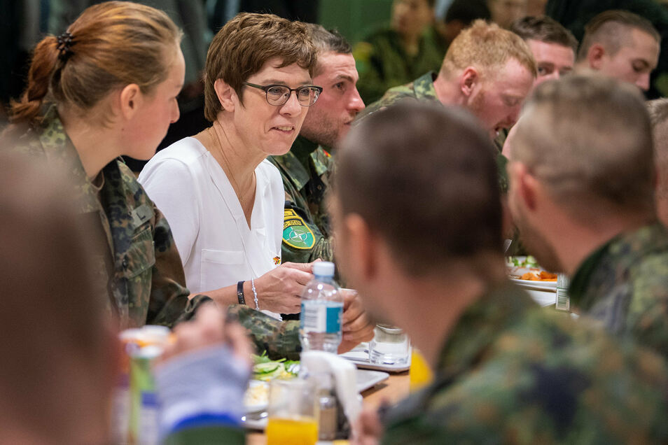 Verteidigungsministerin Annegret Kramp-Karrenbauer bei einem Besuch deutscher Truppen in Litauen.