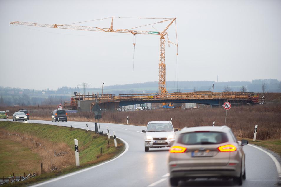 Zwischen Radeberg und Leppersdorf entstehen abseits des Straße bereits die Brücken, die zur neuen S 177 gehören werden.