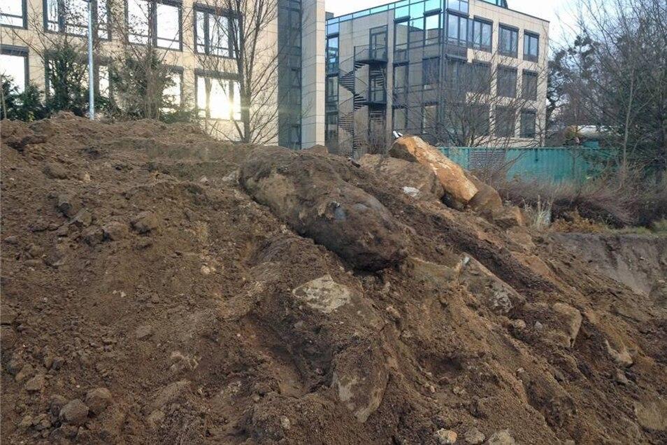 Das ist die mit Erde bedeckte Bombe, die von Nitzsche am Freitagmorgen freigelegt worden war.