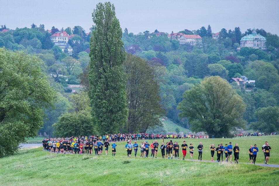 Ein Bild aus Vor-Corona-Zeiten: Tausende Läufer nehmen am Oberelbe-Marathon teil.
