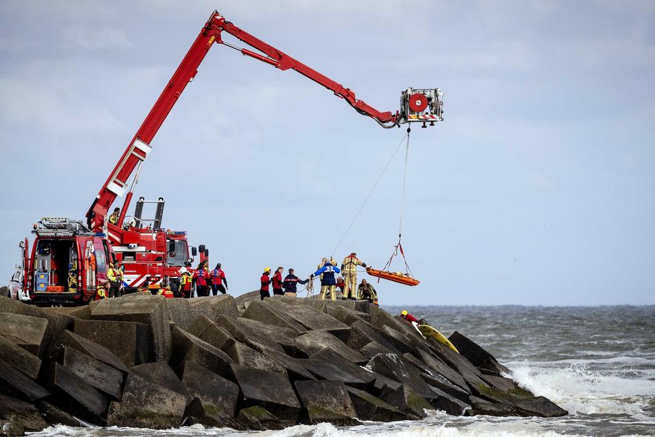 Niederlande, Scheveningen: Rettungskräfte bergen eine Leiche, die sie bei der erneuten Suche nach den vermissten Wassersportlern im Noordelijk Havenhoofd gefunden haben.