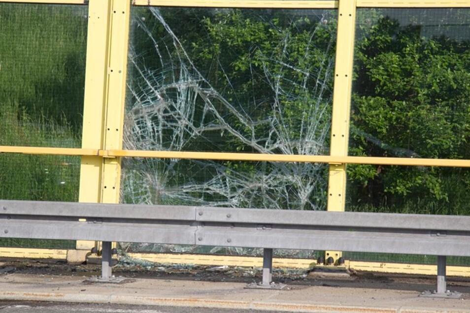 Außerdem kam eine Scheibe der Brücke zu Bruch, an der sich der Unfall ereignete.