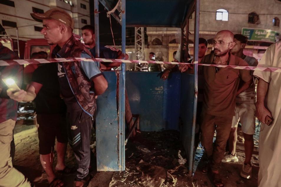 Palästinenser stehen in Gaza in der Nähe des Ortes einer Explosion, die zwei Polizisten tötete.