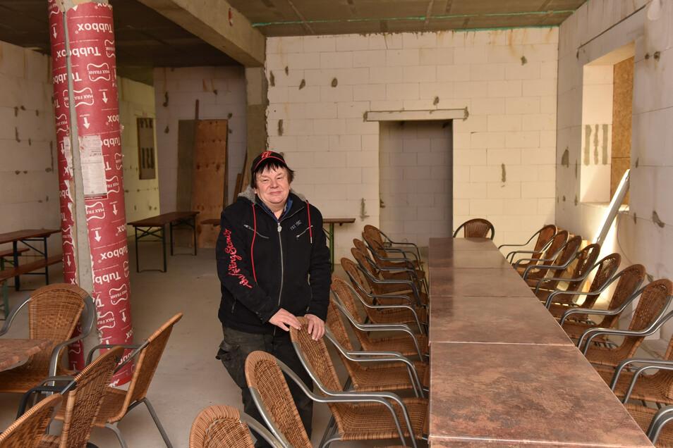 """Für das Richtfest hat Frank Kunath, Wirt der """"Waldschänke"""", den neuen Gastraum mit Stühlen ausgestattet. Mitte des Jahres, hofft er, kann das Ausflugslokal wieder öffnen."""
