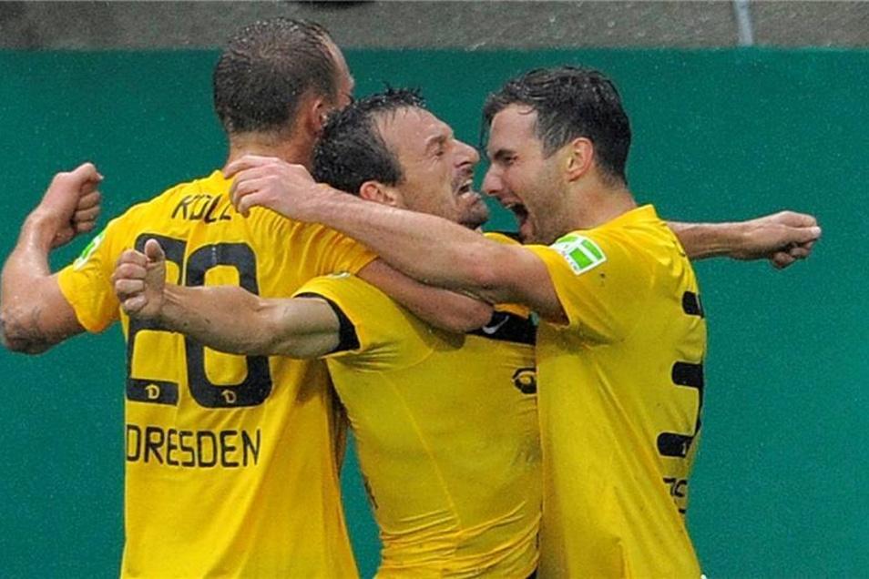 Eine der unglaublichsten Aufholjagden: In der ersten Runde des DFB-Pokals holt Dynamo am 30. Juli 2011 einen 0:3-Rückstand gegen Bayer 04 Leverkusen auf. In der Verlängerung gelingt Alexander Schnetzler (M.) das nicht nur von Marvin Knoll (l.) und Sascha Pfeffer umjubelte 4:3.