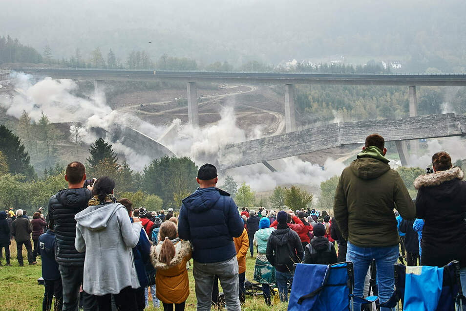 Die Talbrücke Eisern fällt bei einer Sprengung in sich zusammen.
