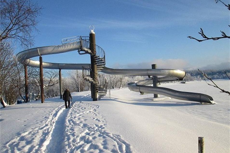 Altenberg. Diese Rutsche mitten im Schnee entdeckte Siegfried Tietz beim Spazieren am Galgenteich in Altenberg.