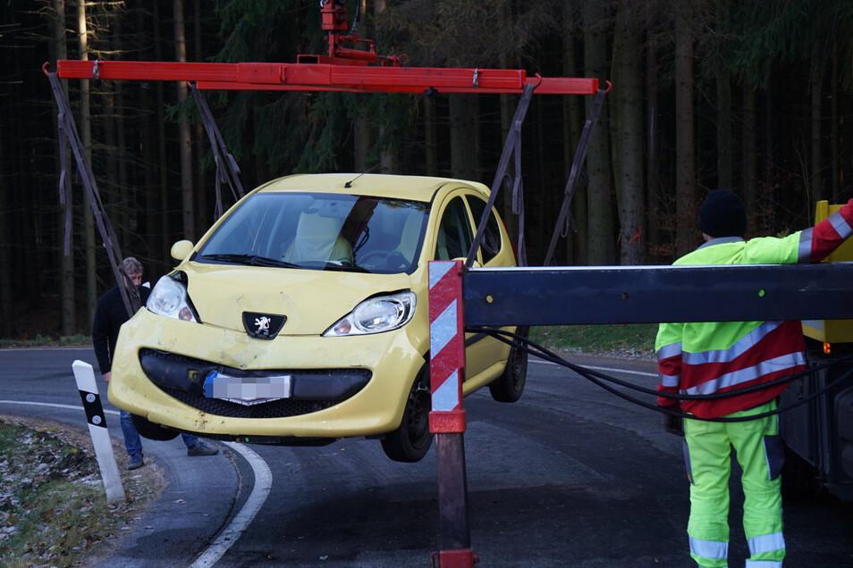 Abgeschleppt werden musste dieser Peugeot, nachdem er auf der Straße zwischen Pielitz und Schönberg mit dem Hänger eines Lkw kollidiert war.