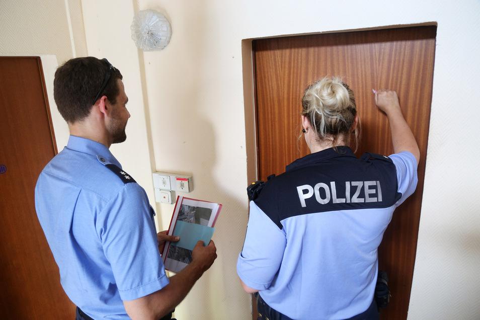 An jeder Tür klopfen und klingeln die Polizisten, um mit den Anwohnern zu sprechen.