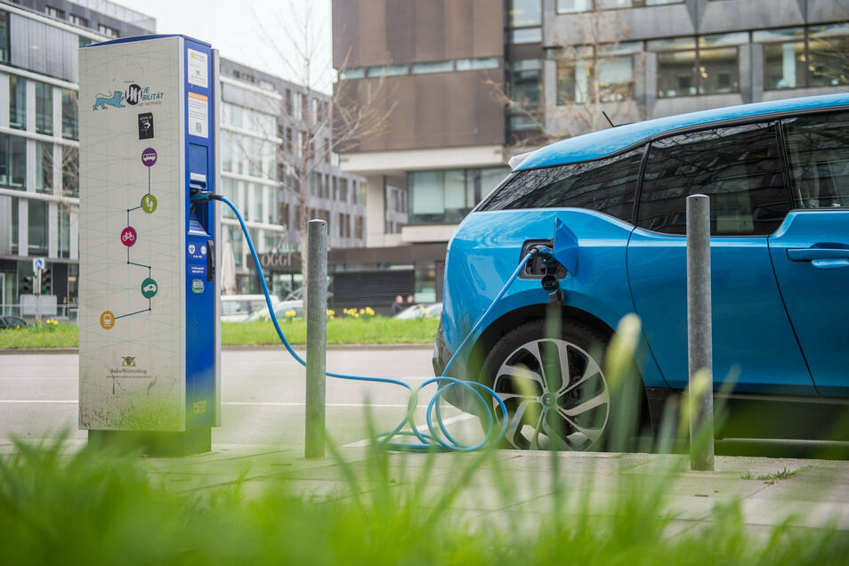 BMW i3 an einer Stromtankstelle: Mancher Ladevorgang kann unerwartet teuer werden.