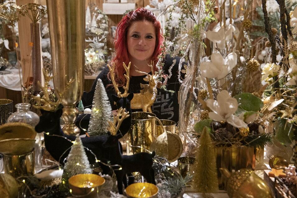 Jana Rennert-Vetter von der gleichnamigen Gärtnerei in Lampertswalde mit einem Teil ihrer aufwendig gestalteten Weihnachtsausstellung.