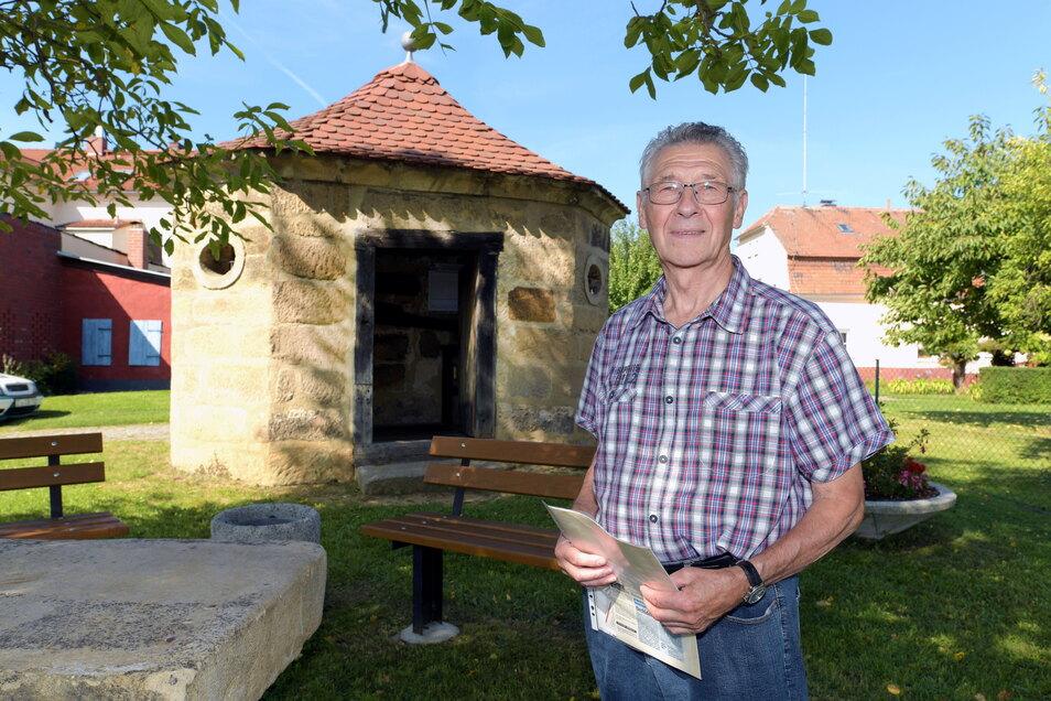Eckehard Gäbler am Röhrhäusel, dem Wahrzeichen Hartaus, das am Sonntag zum Tag des offenen Denkmals geöffnet wird.