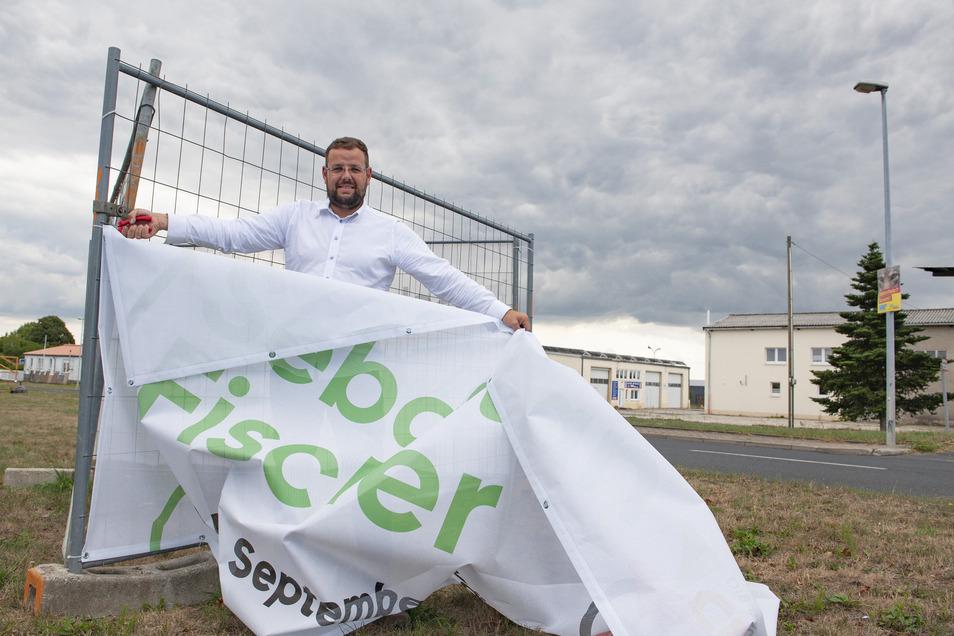 Das war es: Der CDU-Politiker Sebastian Fischer hängt im Großenhainer Ortsteil Sacka seine Werbebanner ab.