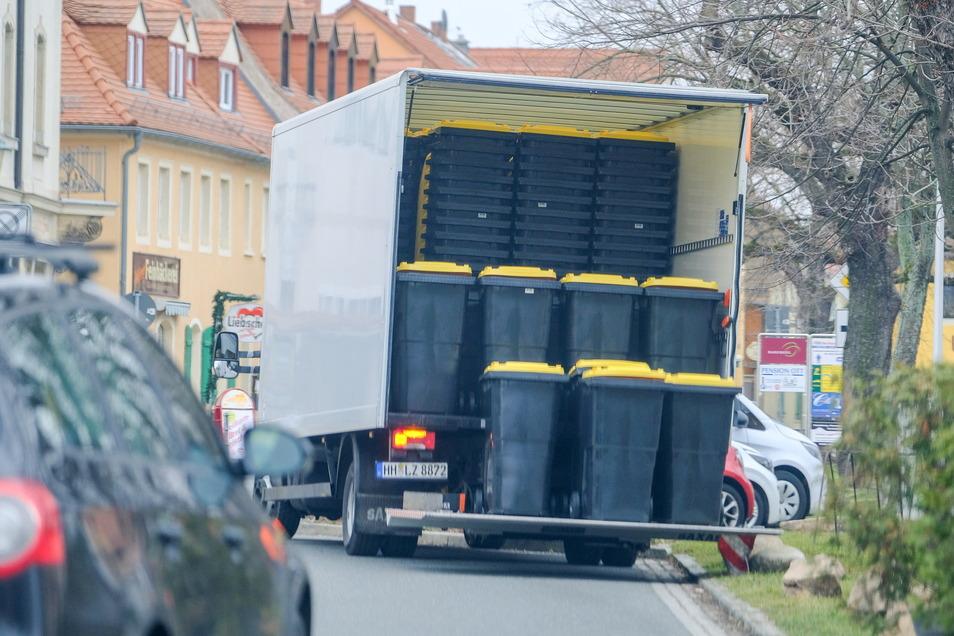 Am Montag wurden Gelbe Tonnen reihenweise in Radebeul ausgeliefert.