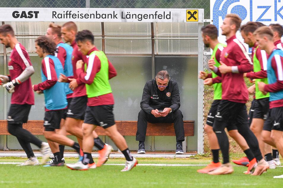 Die Mannschaft trainiert und der Sportchef schaut zu – und gelegentlich auch aufs Handy. So hat sich Ralf Minge das vorgestellt.