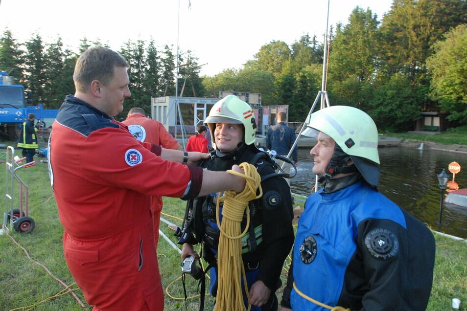 2007 war das Hennersdorfer Bad Filmkulisse für einen Dokumentarfilm über die Augustflut 2002. Hier berät Rettungstaucher Michael Ebert, heute Feuerwehrchef von Dippoldiswalde, die Schauspieler.