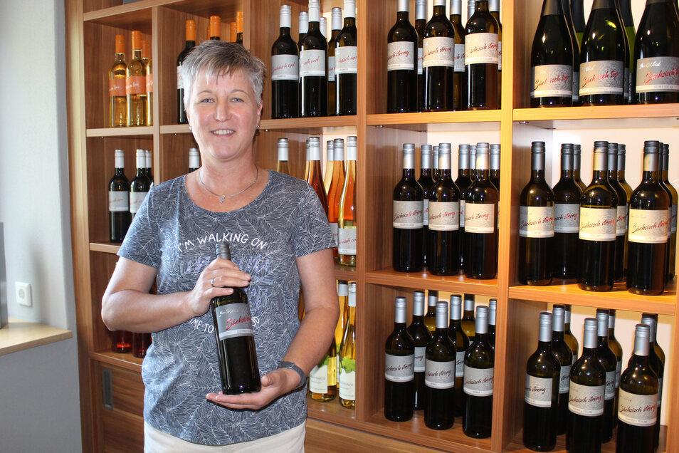 Carola Ulrich zeigt einen der vielen prämierten Weine des Weinguts Jan Ulrich. Sie und ihr Mann wollen sich in Zukunft auf die Winzerei konzentrieren.