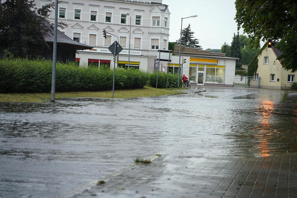 Wie die Berliner an der Einmündung der Jahnstraße waren Sonntag etliche Straßen in Weißwasser überflutet.