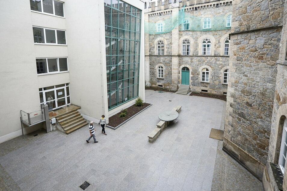 """Der Innenhof des Seniorenzentrums """"Am Stadtpark"""" in Görlitz. In der Mitte des Hofes gibt es einen Brunnen. Eine Hebevorrichtung ermöglicht es Rollstuhlfahrern, in den Hof zu gelangen."""