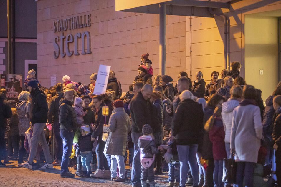 Rund 250 Menschen hatten am Mittwoch vor einer Stadtratssitzung gegen die Erhöhung der Elternbeiträge demonstriert. So etwas hatte es in Riesa lange nicht gegeben.