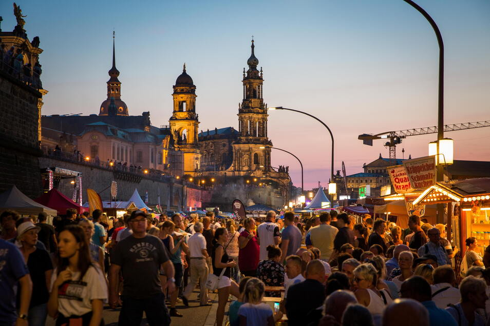 Auf dem Dresdner Stadtfest sind 2016 mindestens zehn Menschen verletzt worden. Das Verfahren gegen die Beschuldigten, zwei Rechtsextreme, geht offenbar weiter.