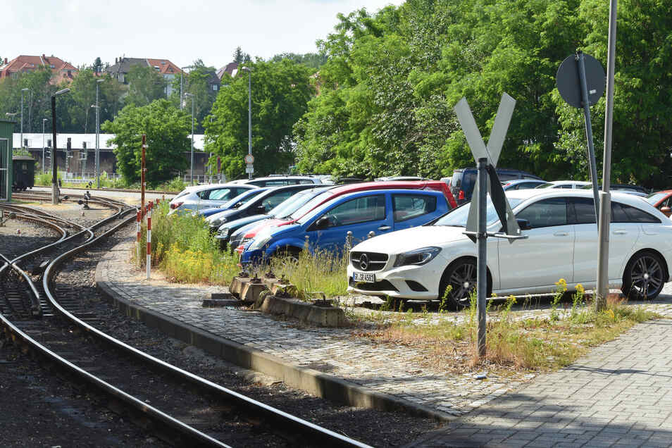 Parken vor dem Zittauer Bahnhof.