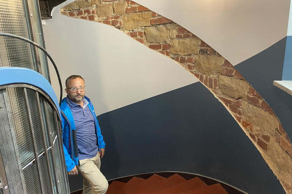 Im früheren Originalzustand verlief die Treppe im Ärztehaus anders herum, was unter der freigelassenen Putzschicht sichtbar wird.