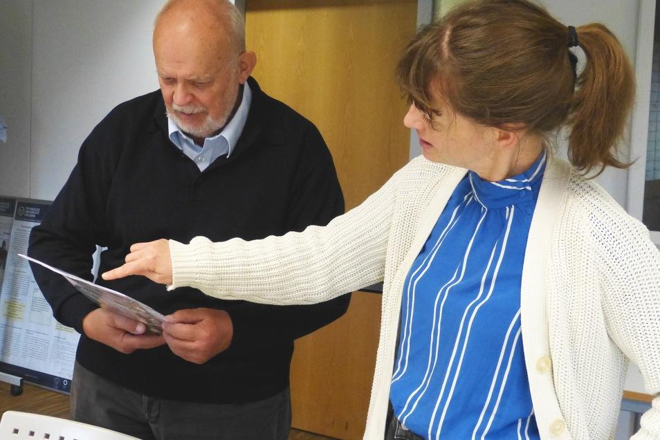 Uwe Meyer-Clasen und Mandy Ettelt bei der Übergabe der Brigadetagebücher.