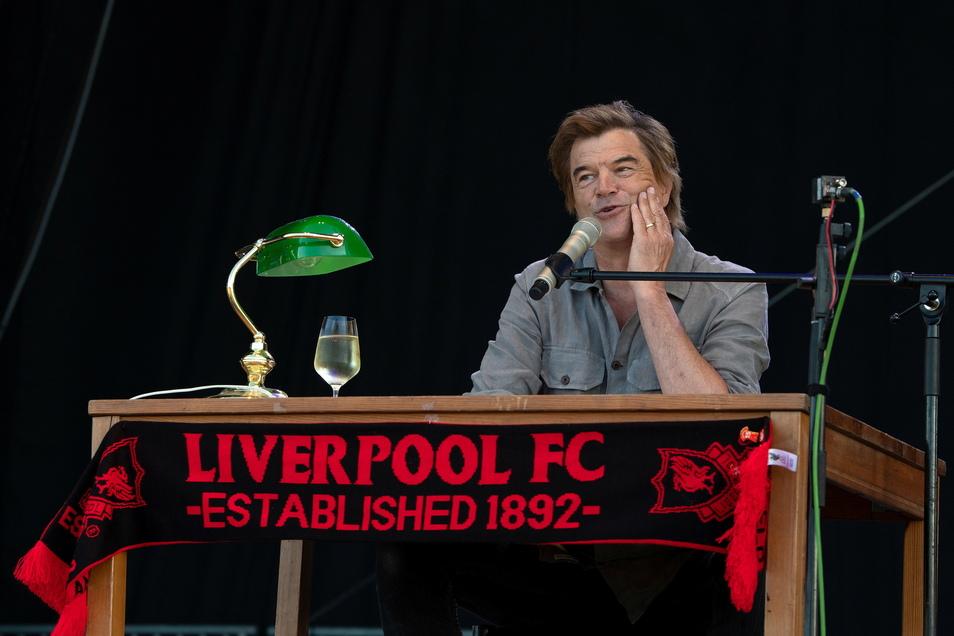 Er ist Kultsänger der Toten Hosen und Fan des Liverpool FC - in Dresden vereint Campino das bei einer musikalischen Lesung auf der Bühne.