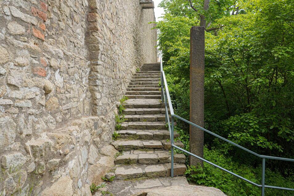 Der Osterweg an der Bautzener Ortenburg muss saniert werden. Das steht schon seit Längerem fest. Die Arbeiten kosten aber deutlich mehr als geplant.