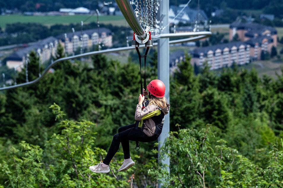 Die Idee zur Flyline kam aus Costa Rica nach Oberhof. Die Liftgesellschaft Oberwiesenthal hat 1,5 Millionen Euro investiert. Ziel war es, eine neue Attraktion zu schaffen und die Liftauslastung in den Sommermonaten zu verbessern.