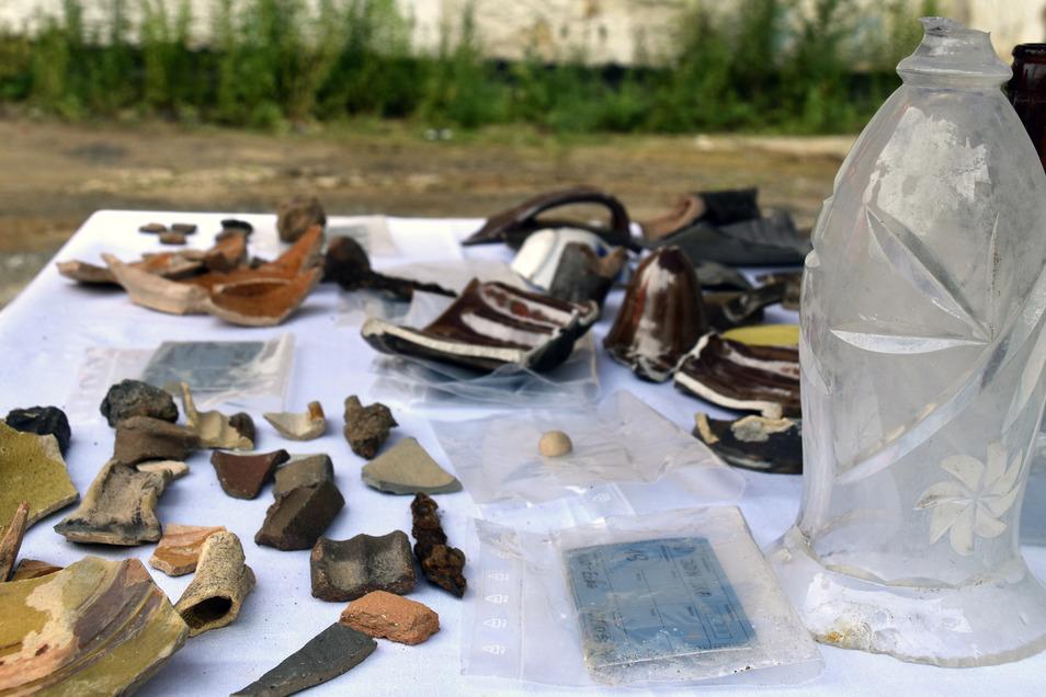 Die Keramikscherben, ausgehöhlte Koch- und Steintrinkgefäße, stehen in keinem Zusammenhang zur Ausgrabung. Wie sie hier gelandet sind, hat eine andere Erklärung.
