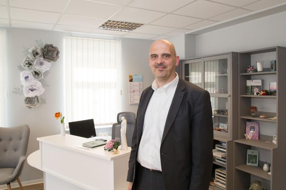 Sebastian Hinz ist in das Familienunternehmen vor zehn Jahren gekommen und führt das Bestattungsunternehmen seiner Mutter an den Standorten Weißenberg und Niesky fort.