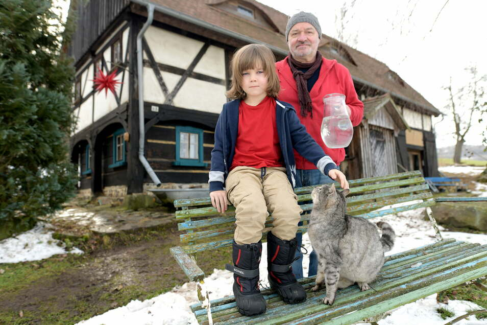 Wasser ist für Matthias Keyßner und seinen Sohn Malik in Schönbrunn etwas besonderes. Haus und Umgebung sind idyllisch - nur Trinkwasser gibt es nicht.
