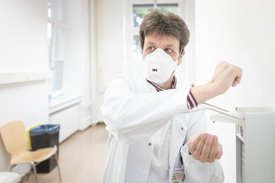 In der neuen Dresdner Corona-Ambulanz desinfiziert sich eine Ärztin am Montag die Hände. Das Universitätsklinikum bittet derzeit darum, die Krankenbesuche in allen Abteilungen zu reduzieren.
