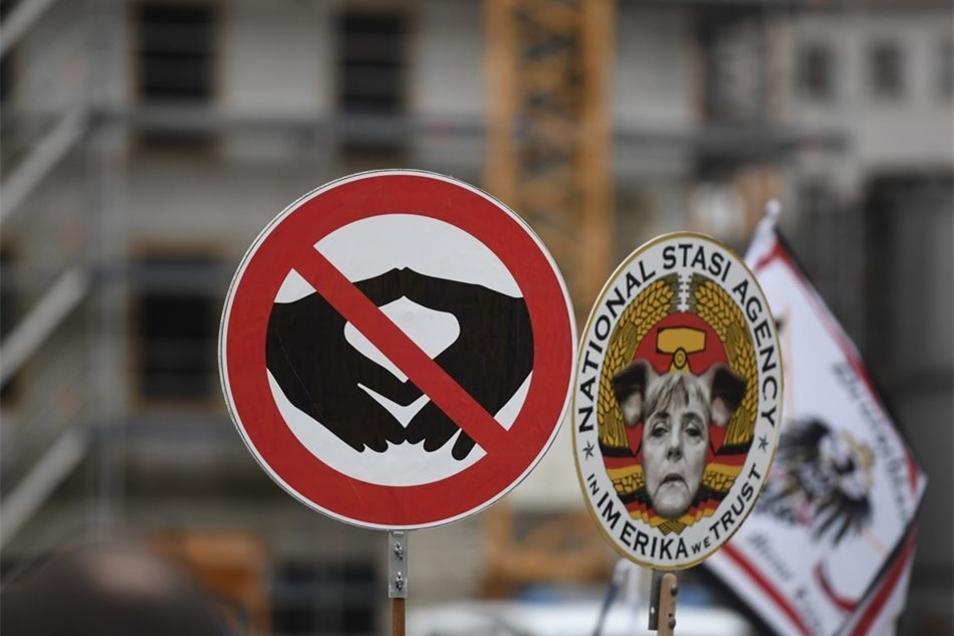 Schilder der Pegida-Anhänger.
